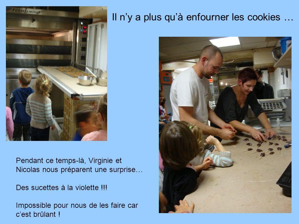 Il ny a plus quà enfourner les cookies … Pendant ce temps-là, Virginie et Nicolas nous préparent une surprise… Des sucettes à la violette !!.