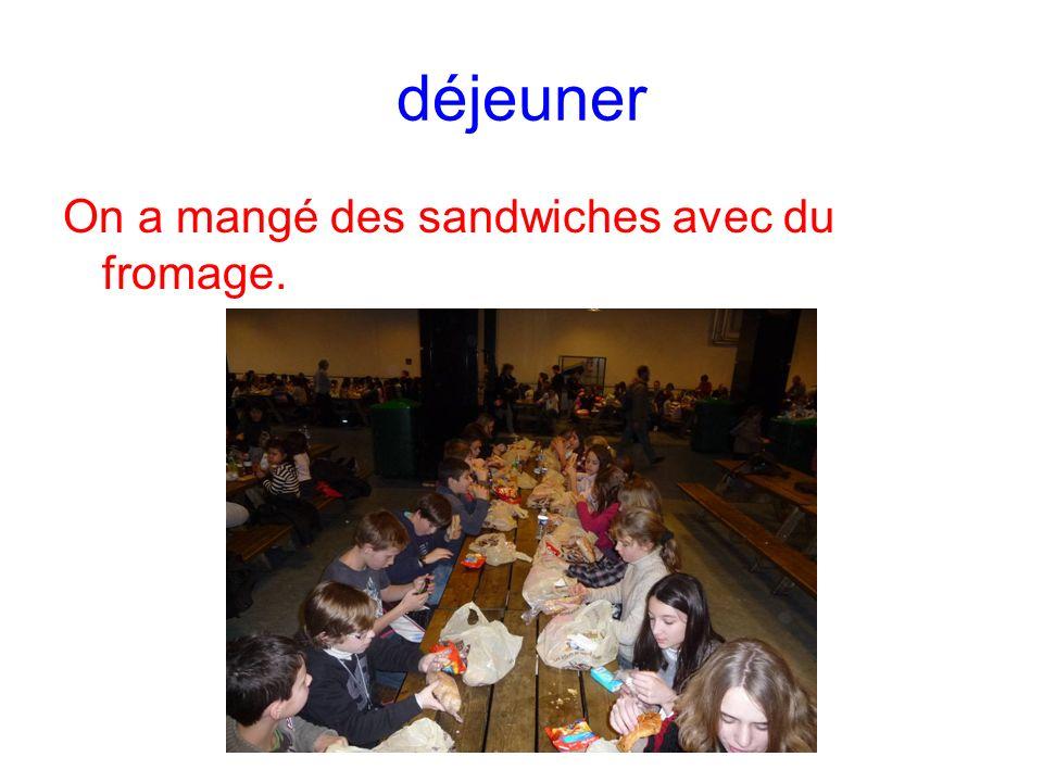 déjeuner On a mangé des sandwiches avec du fromage.