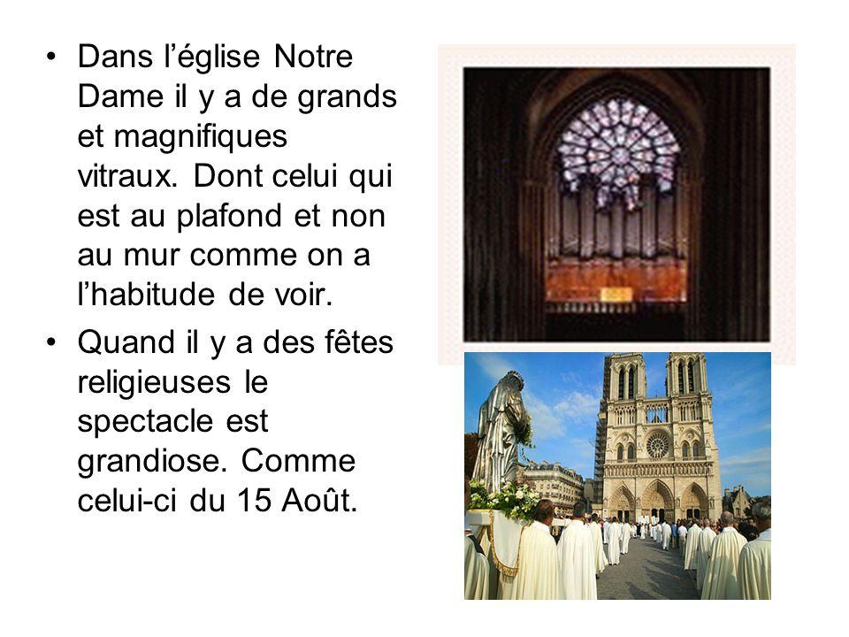 Dans léglise Notre Dame il y a de grands et magnifiques vitraux. Dont celui qui est au plafond et non au mur comme on a lhabitude de voir. Quand il y