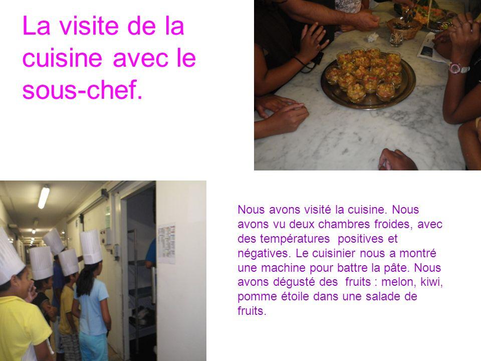 La visite de la cuisine avec le sous-chef. Nous avons visité la cuisine.