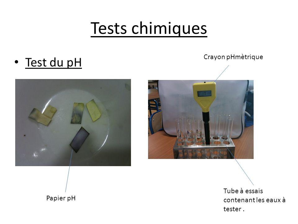 Tests chimiques Test du pH Papier pH Crayon pHmètrique Tube à essais contenant les eaux à tester.