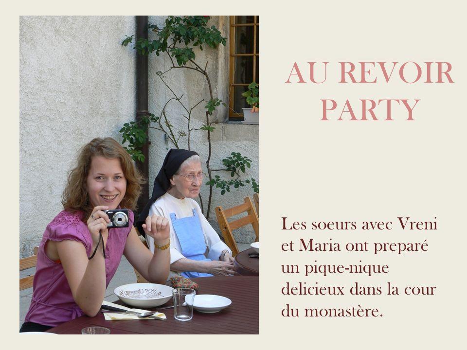 AU REVOIR PARTY Les soeurs avec Vreni et Maria ont preparé un pique-nique delicieux dans la cour du monastère.