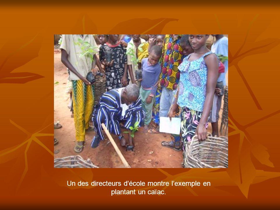 Un des directeurs décole montre lexemple en plantant un caïac.
