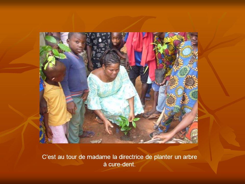 Cest au tour de madame la directrice de planter un arbre à cure-dent.
