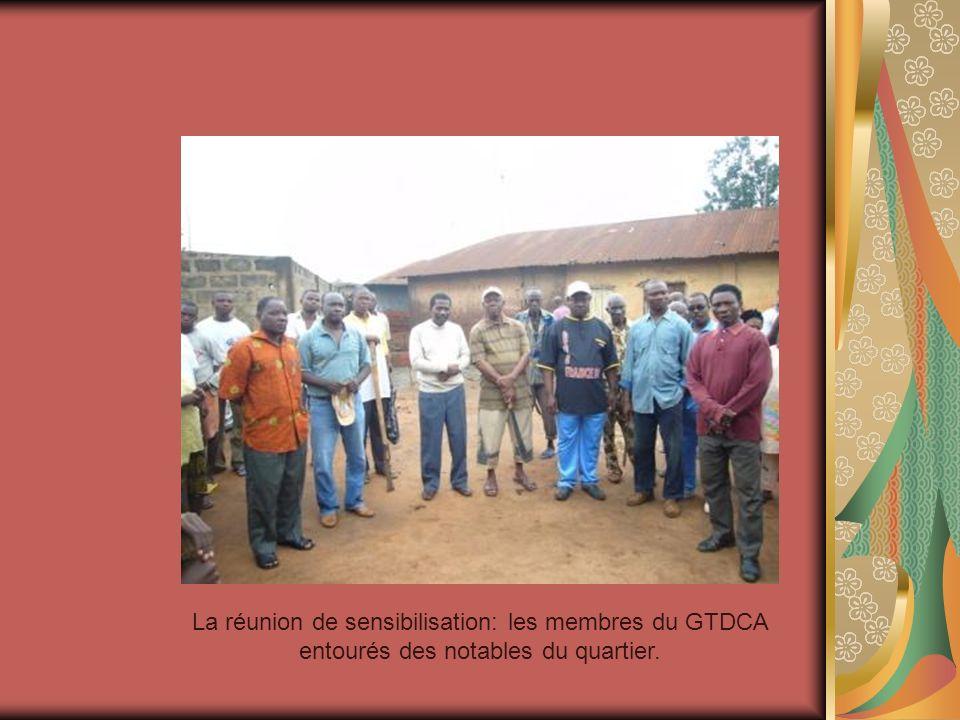 La réunion de sensibilisation: les membres du GTDCA entourés des notables du quartier.