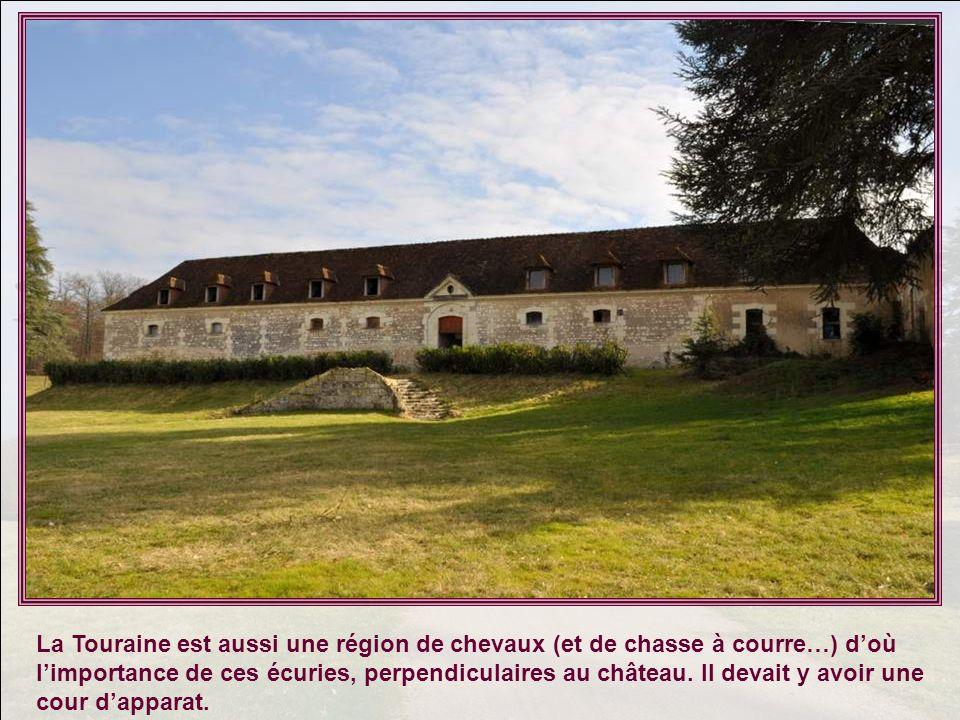 La Touraine est aussi une région de chevaux (et de chasse à courre…) doù limportance de ces écuries, perpendiculaires au château.