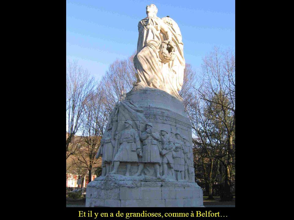 En grès rouge des Vosges et un peu de style… allemand! Des symboles de subdivisions dArmes ont été sculptés: grenade, cor de chasse… (Fontaine, Terr.
