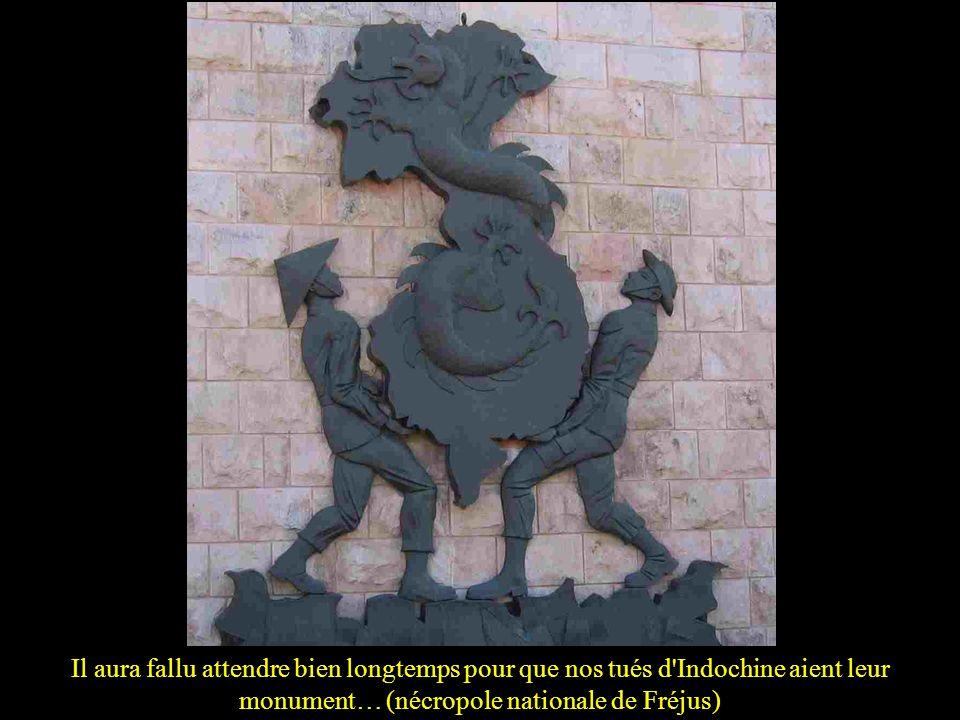 Ce bronze rassemble dans les plis d'un drapeau régimentaire les symboles du Poilu et ceux de son pays basque natal: casque, croix de guerre 14-18, chi