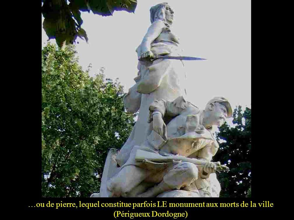 …ou de pierre, lequel constitue parfois LE monument aux morts de la ville (Périgueux Dordogne)