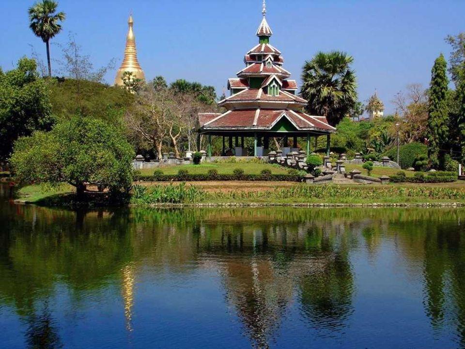 Pays de croyance, de pagodes, les unes plus grandes et plus dor é es que les autres. Peuple semblant religieux et paisible avec une junte militaire qu