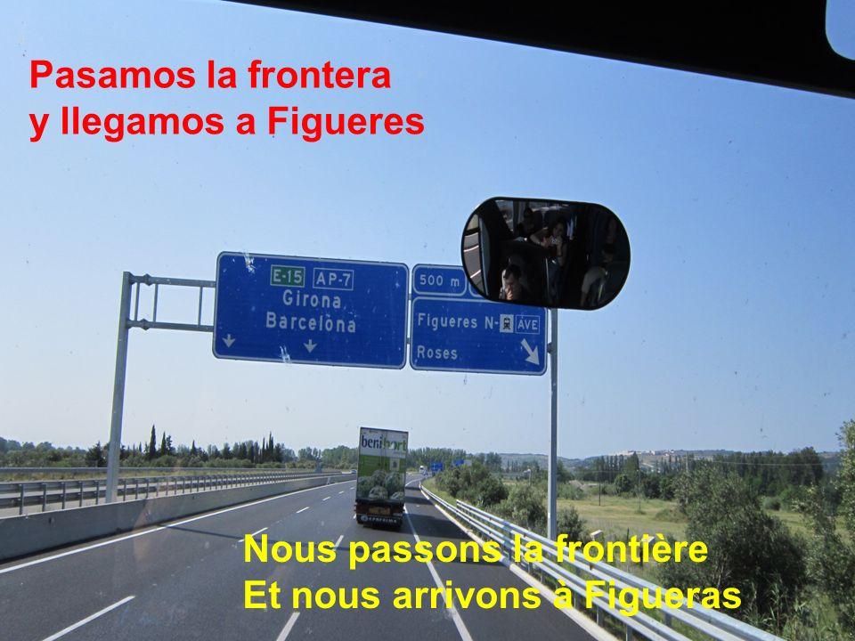 Pasamos la frontera y llegamos a Figueres Nous passons la frontière Et nous arrivons à Figueras