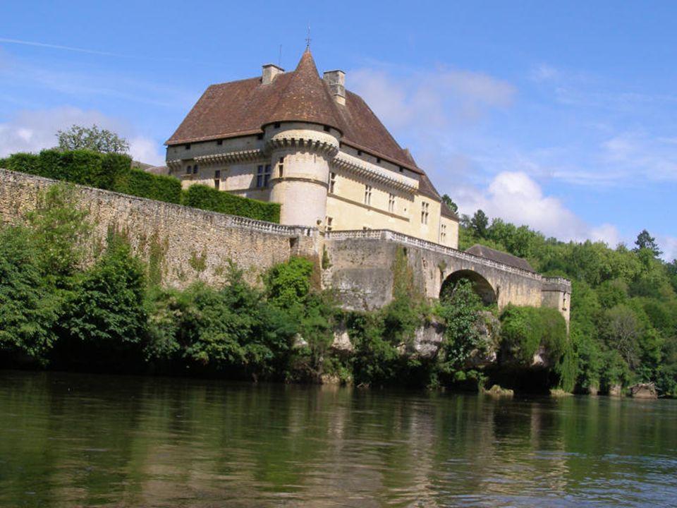 La forteresse médiévale bâtie en à pic, domine la vallée de la Vézère.