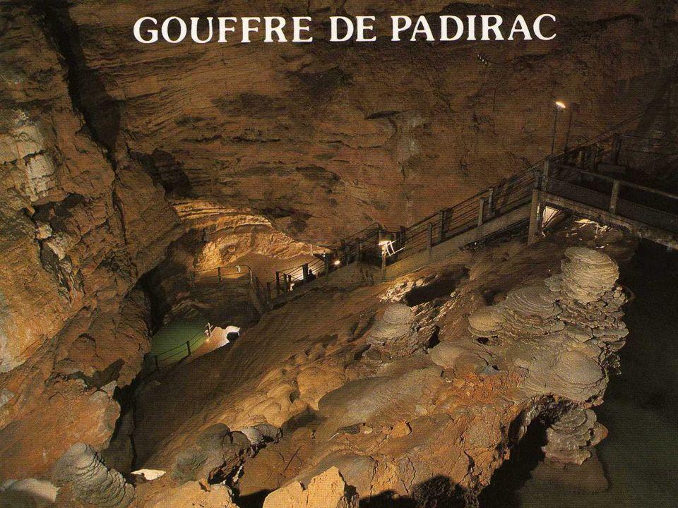 Que diriez- vous de partir explorer les milles et une merveilles qui se cachent dans les profondeurs du gouffre de Padirac ?
