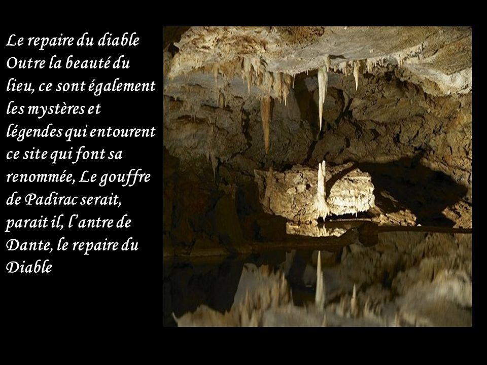 La grande pendeloque Une stalactique géante mesurant 25 mètres Dans cette partie, des milliers de gouttes de pluies sont venues enrichir la rivière existante, devenue le lac de la pluie