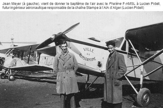 Jean Meyer (à gauche), vient de donner le baptême de lair avec le Phalène F-AMSL à Lucien Pidell, futur ingénieur aéronautique responsable de la chaîn