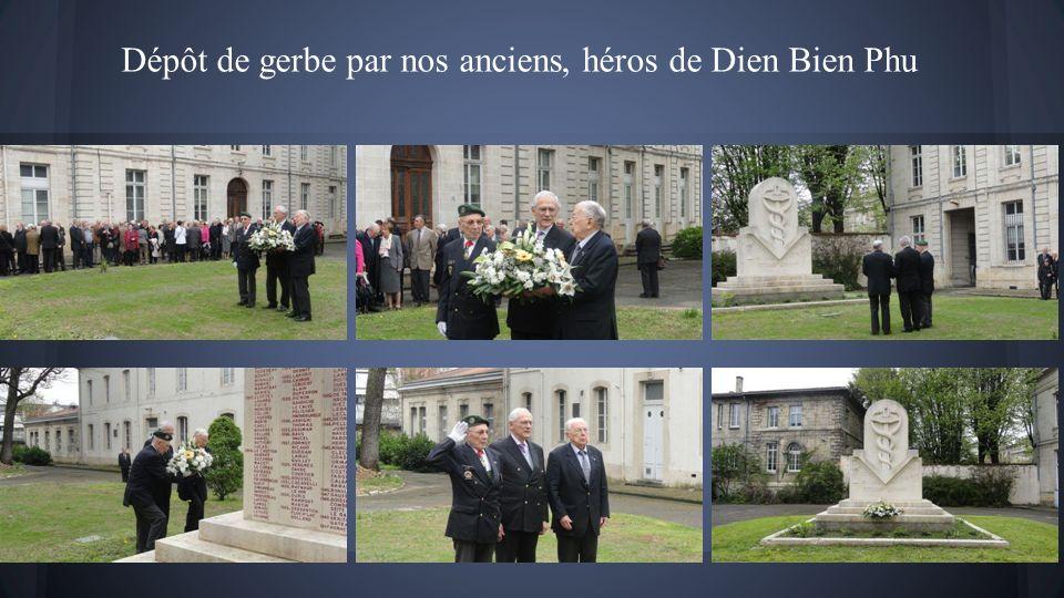 Dépôt de gerbe par nos anciens, héros de Dien Bien Phu
