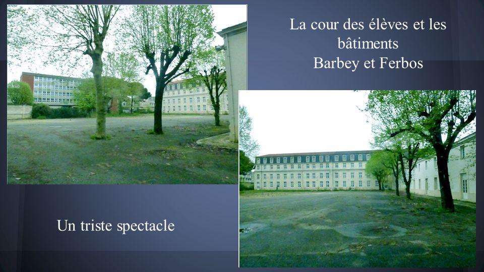 La cour des élèves et les bâtiments Barbey et Ferbos Un triste spectacle