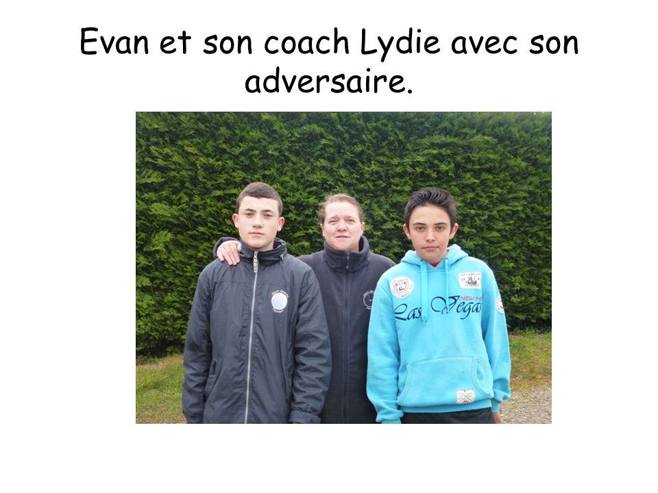 Evan et son coach Lydie avec son adversaire.