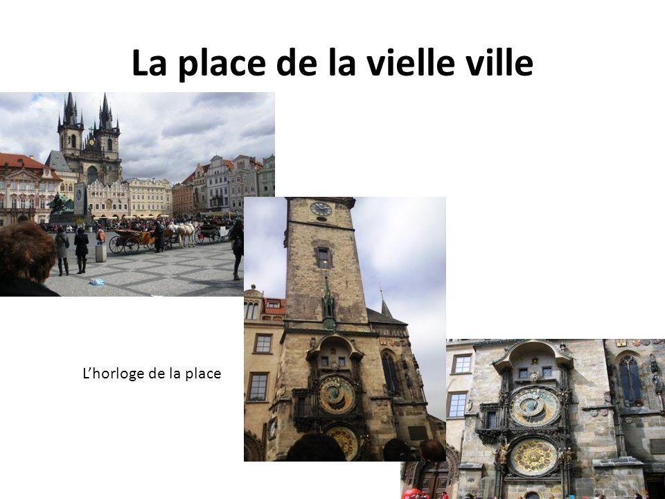 La place de la vielle ville Lhorloge de la place