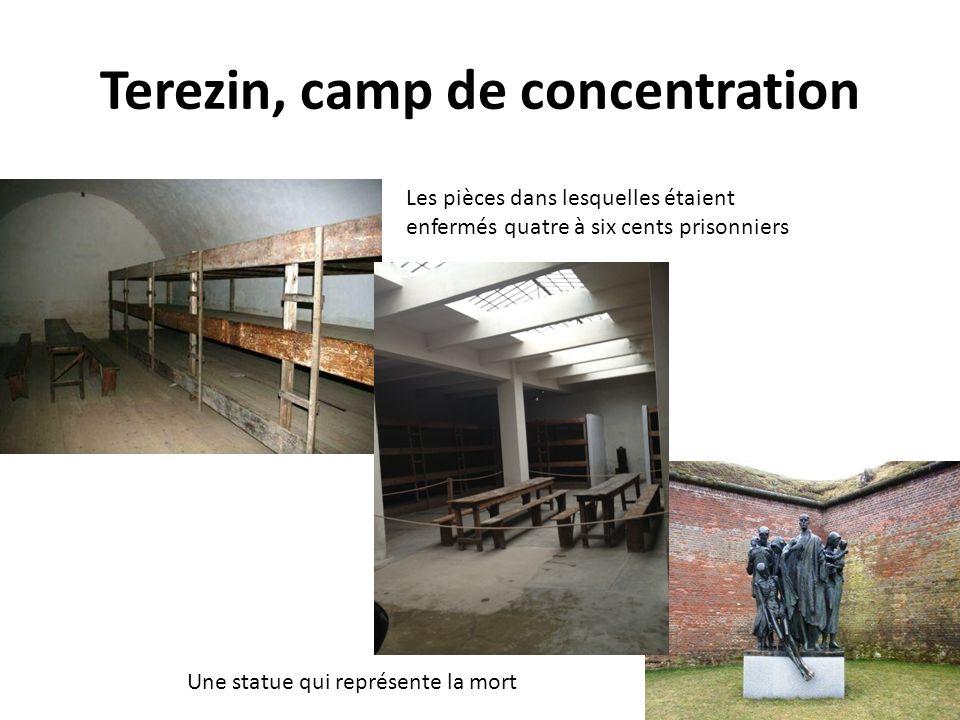 Terezin, camp de concentration Les pièces dans lesquelles étaient enfermés quatre à six cents prisonniers Une statue qui représente la mort