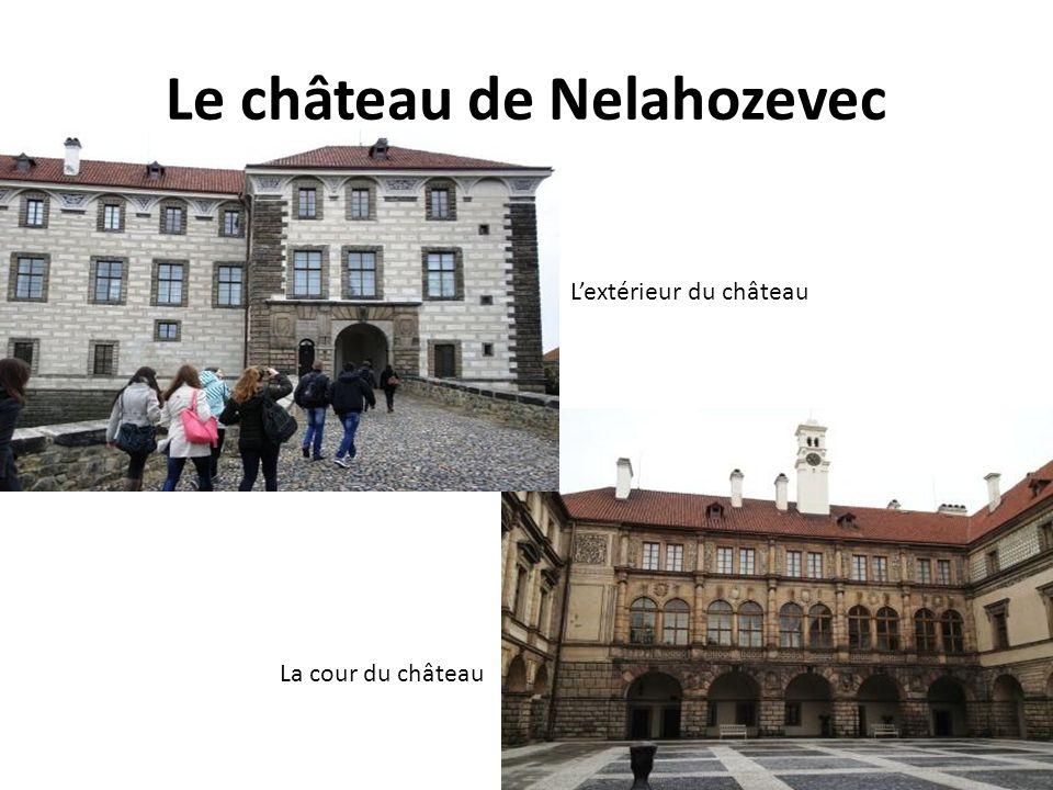 Le château de Nelahozevec La cour du château Lextérieur du château
