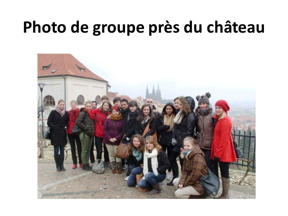 Photo de groupe près du château