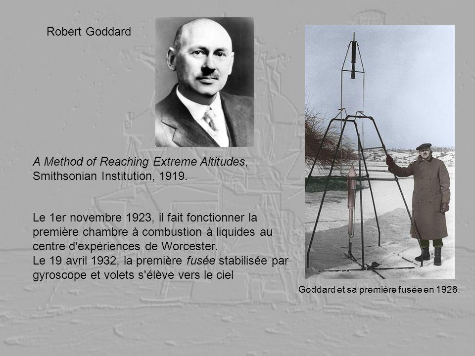 Goddard et sa première fusée en 1926. Le 1er novembre 1923, il fait fonctionner la première chambre à combustion à liquides au centre d'expériences de