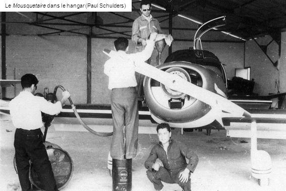 Devant le Mousquetaire, à gauche Jacques Corthésy et, à droite, le mécanicien Roger Sorrantino (Paul Schulders)