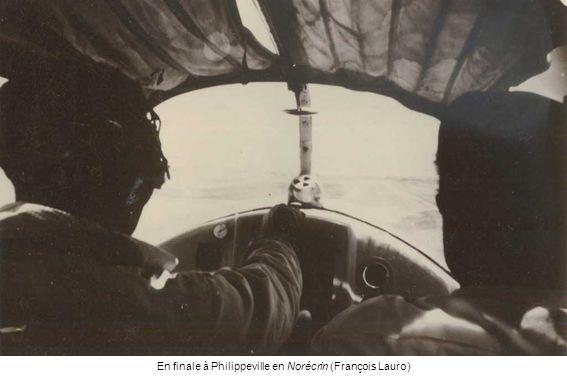 Roger Podda et le Mousquetaire arrivé en 1958 (Maurice Chapelle) Roger Podda à larrière du Stampe (Dominique Wallard) Roger Podda avec sa fille Dominique, et prêt à sauter en parachute (Dominique Wallard)