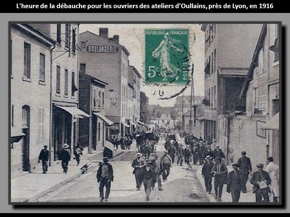 L heure de la débauche pour les ouvriers des ateliers d Oullains, près de Lyon, en 1916