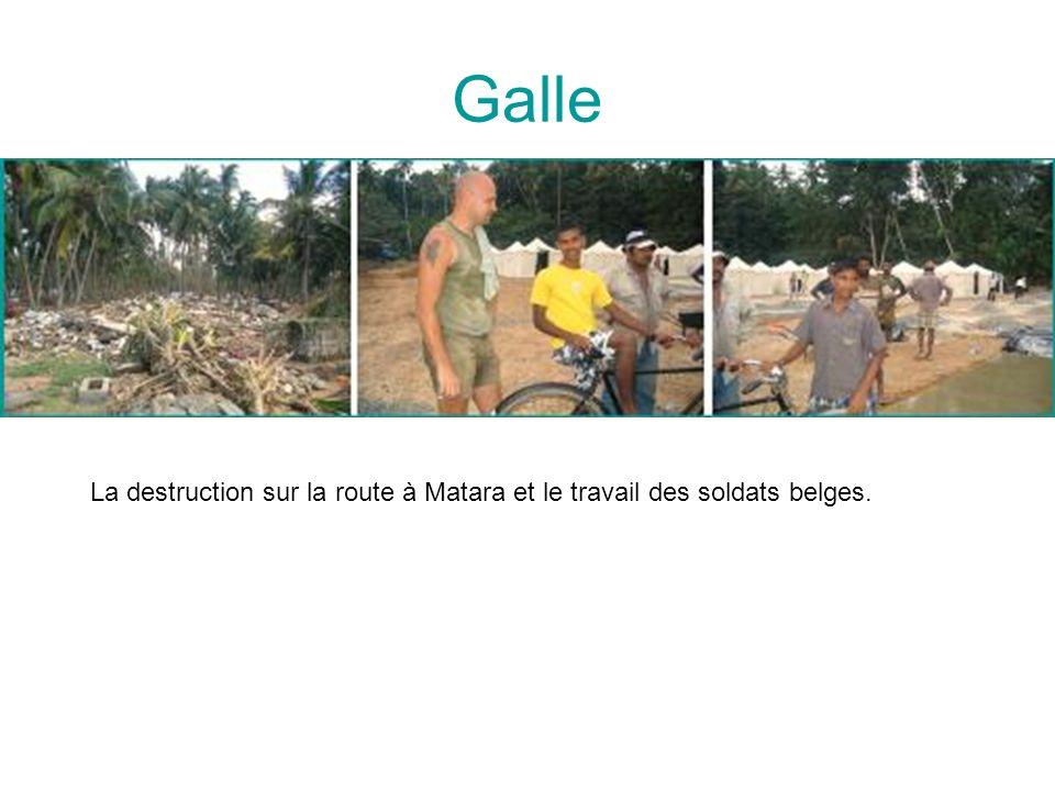 Galle La destruction sur la route à Matara et le travail des soldats belges.