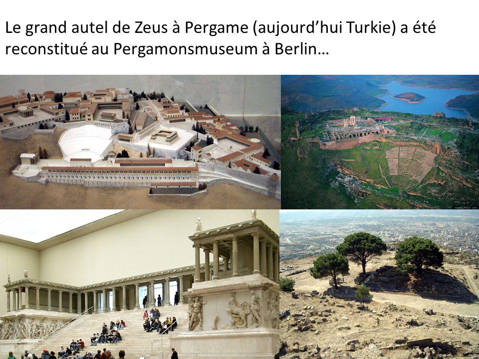 Le grand autel de Zeus à Pergame (aujourdhui Turkie) a été reconstitué au Pergamonsmuseum à Berlin…