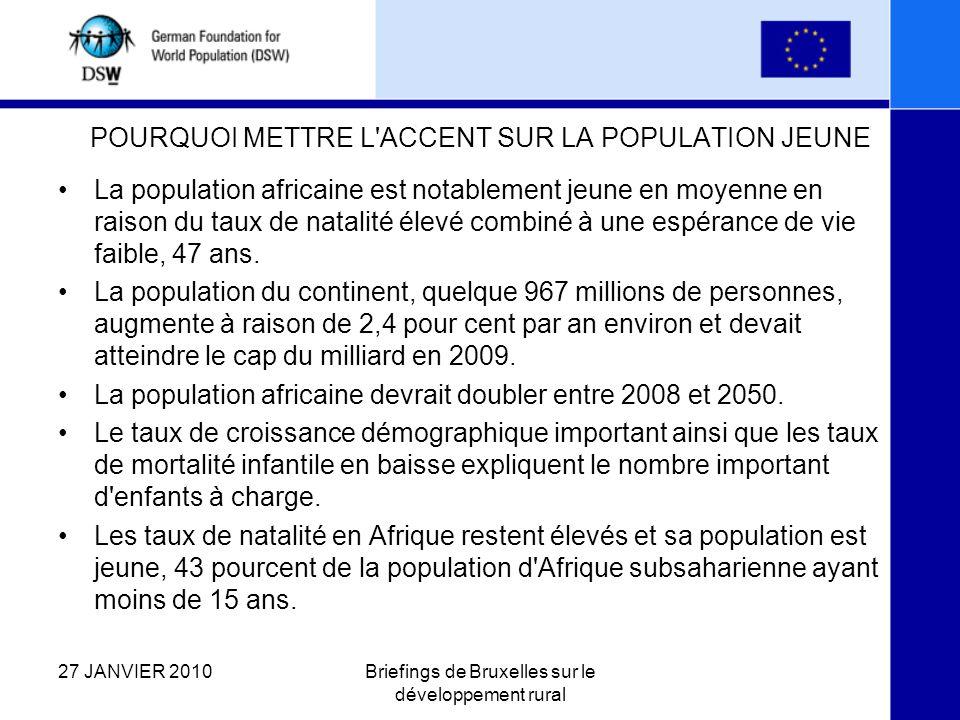 POURQUOI METTRE L ACCENT SUR LA POPULATION JEUNE La population africaine est notablement jeune en moyenne en raison du taux de natalité élevé combiné à une espérance de vie faible, 47 ans.