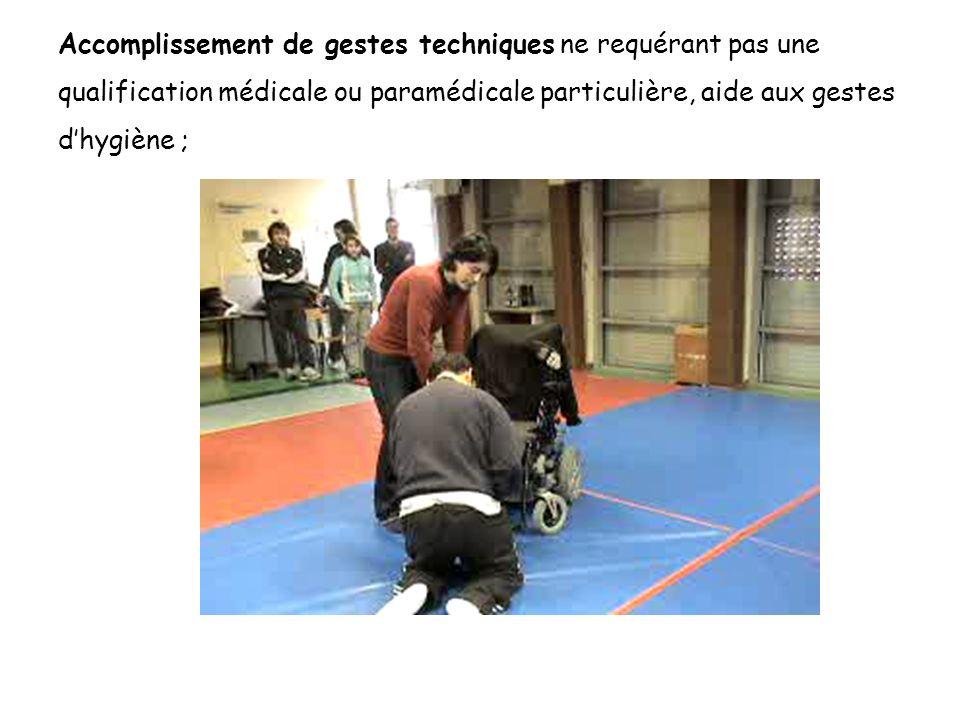 Accomplissement de gestes techniques ne requérant pas une qualification médicale ou paramédicale particulière, aide aux gestes dhygiène ;