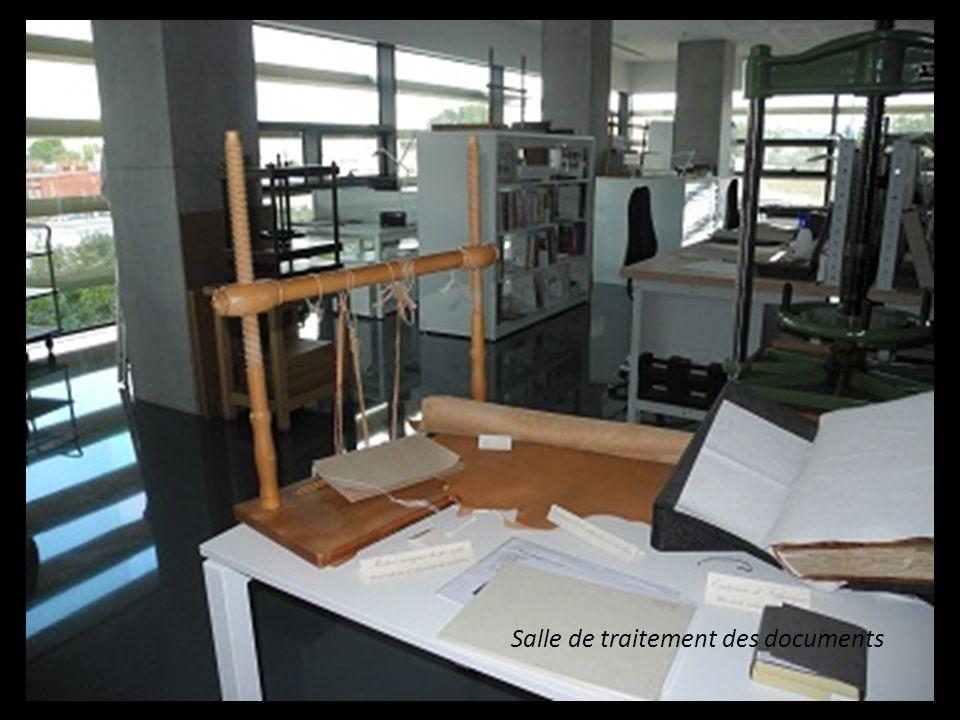 Avant dêtre stockés ou, consultés, certains documents sont traités ou réparés soigneusement. Avant dêtre stockés ou consultés, certains documents sont