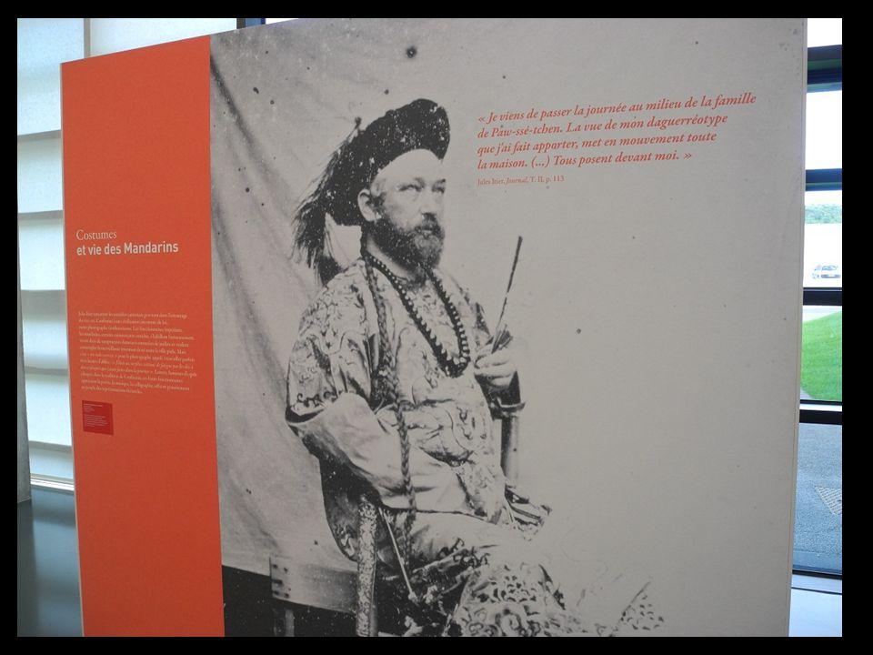 Il réalise des photographies avec les matériels de lépoque, inventés par Niepce et Daguerre Il réalise des photographies avec le matériel de lépoque,