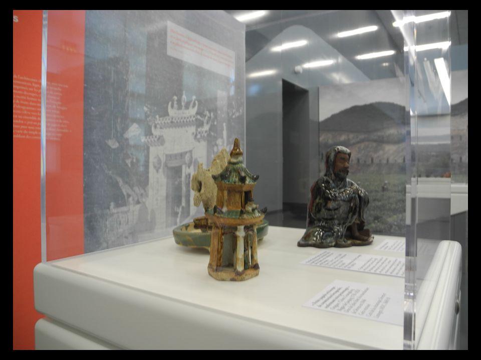 Outre les prises de vue de sites et, lieux de vie, portraits, de clichés du Patrimoine (Pagodes et Temples). Il ramène des objets du quotidien Outre l