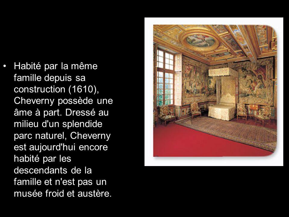 Cheverny est construit dans un style classique homogène, à l aide d un matériau, la « pierre de Bourré », traité en bossages plats, striés de refends horizontaux.