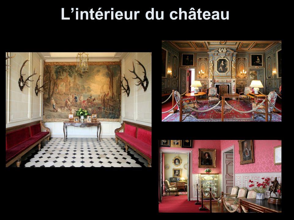 Salle à manger La salle est ornée de 34 panneaux de bois peints par Jean Monsier illustrant l histoire de Don Quichotte.