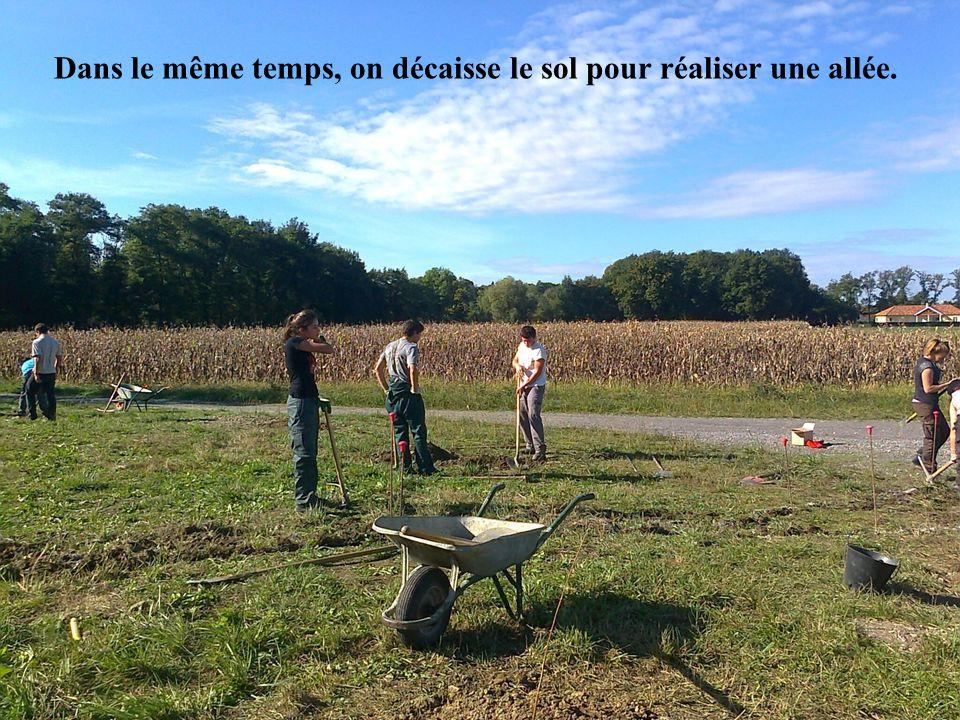 Dans le même temps, on décaisse le sol pour réaliser une allée.