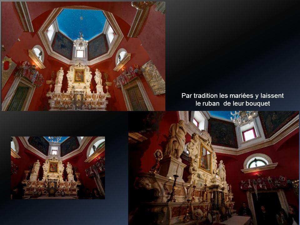 Construite par les pêcheurs en 1630 sur un empilage de vieux bateaux et de cailloux là où fut trouvée une icône de la Ste Vierge. Eglise décorée par 6