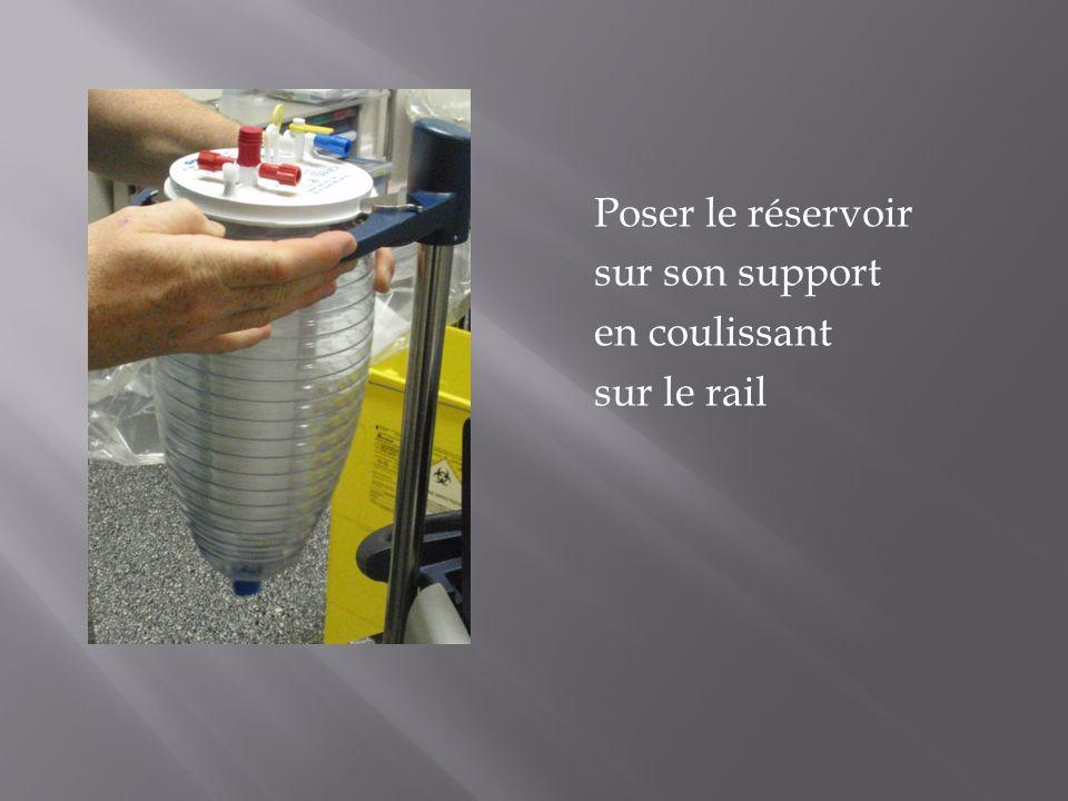 Poser le réservoir sur son support en coulissant sur le rail