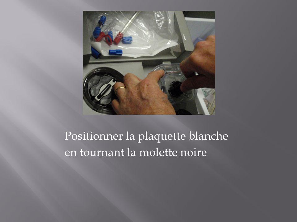 Positionner la plaquette blanche en tournant la molette noire