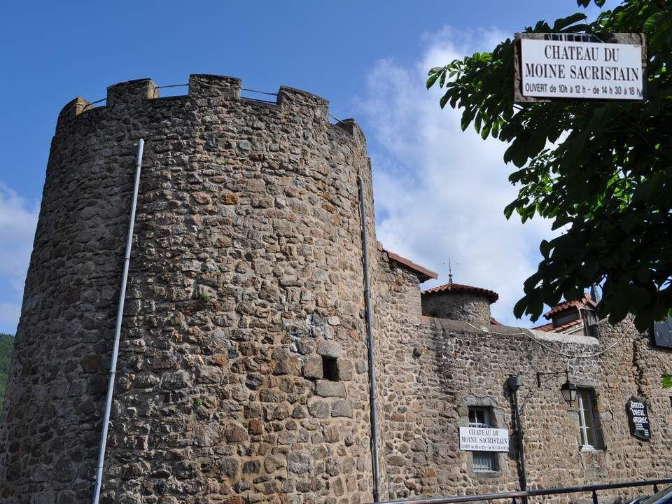 Mais Aurec-sur-Loire senorgueillit, à juste titre, de posséder ce château. Au milieu de son havre de collines qui lui confère un climat excep- tionnel