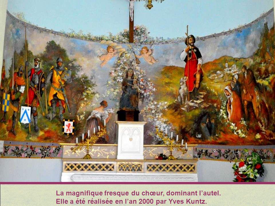 Plus loin, à Apinac, cette adora- ble petite chapelle dédiée à Saint Roch, et aux décorations peintes absolument touchantes : éclatan- tes, presque na