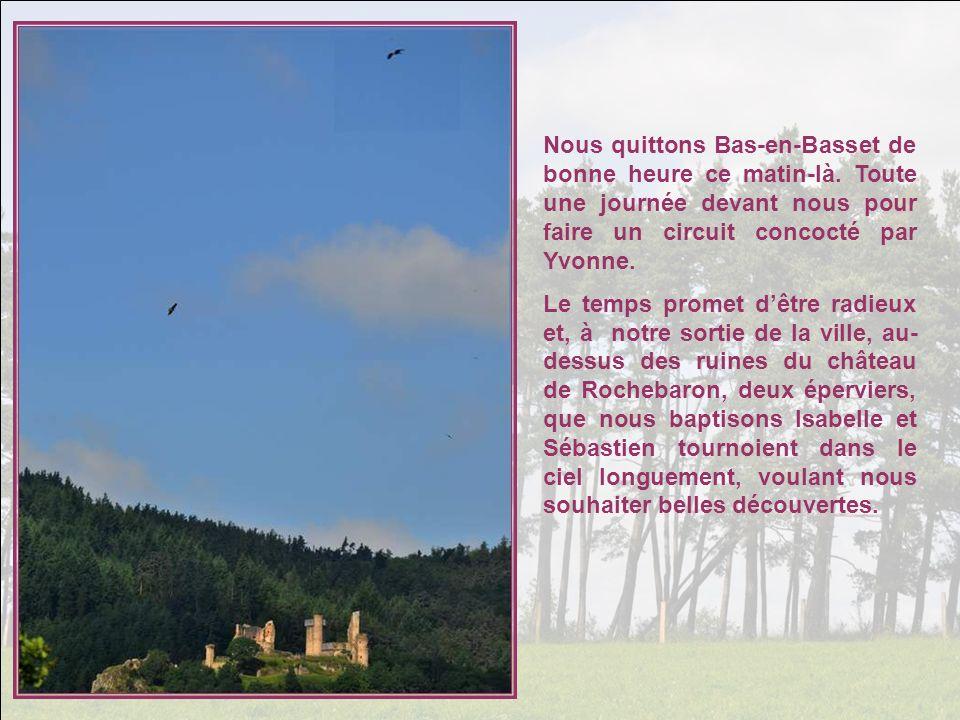 Nous traversons le petit bourg de Rozier-Côtes-dAurec, avec son église du XII° et son ancien prieuré clunisien.
