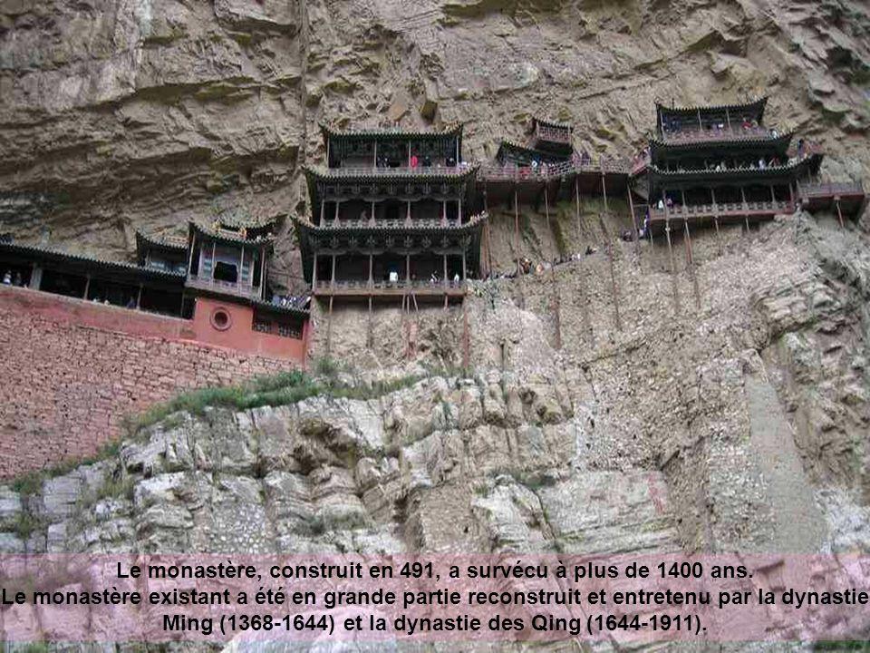 Construit depuis plus de 1400 ans, ce temple est unique non seulement pour son emplacement sur un simple précipice mais aussi parce quil comprend des éléments bouddhiste, taoïste et confucianiste.