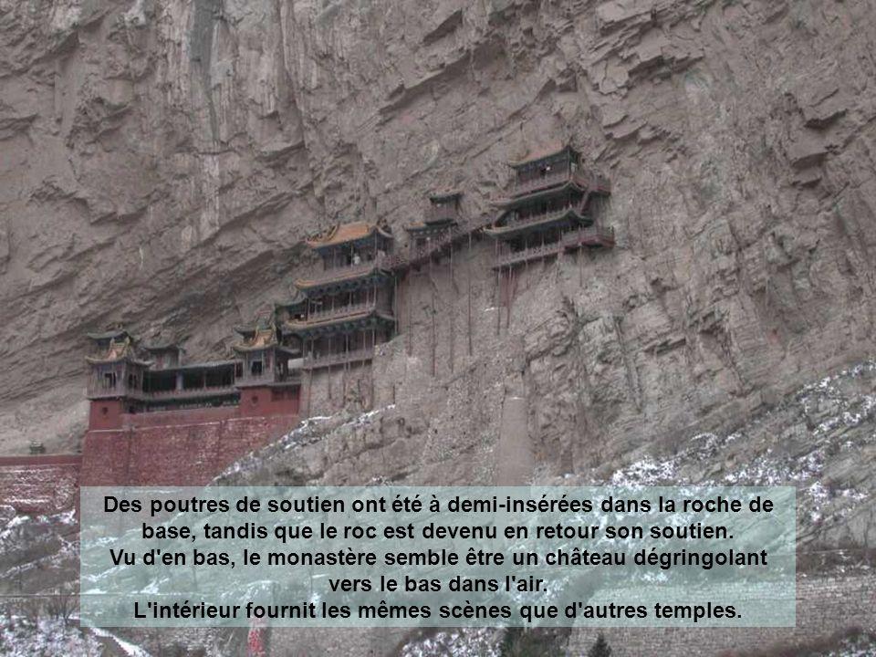 En outre, le sommet de la montagne le protège de la pluie et la neige et la montagne autour diminue également les dommages causés par lensoleillement prolongé.