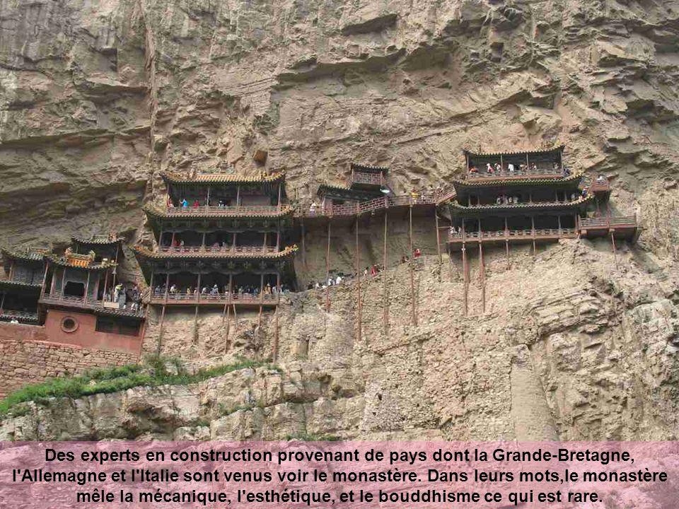 Des poutres de soutien ont été à demi-insérées dans la roche de base, tandis que le roc est devenu en retour son soutien.