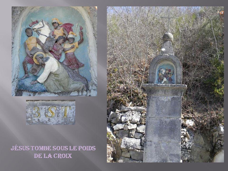 Jésus tombe sous le poids de la croix